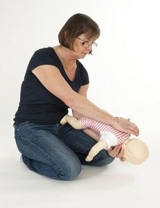 Träna på att hjälpa ett litet barn som har satt i halsen.