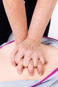 Bröstkompressioner. Tryck hårt och snabbt!