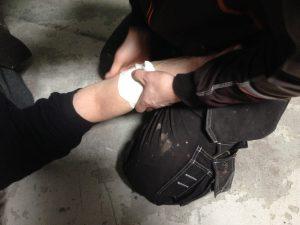 Stoppa blödning genom att trycka direkt på det blödande området.