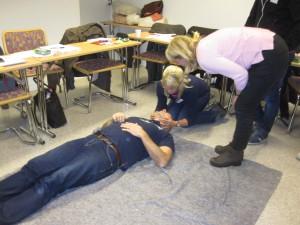 A, som i andning, öppen luftväg, tränas med blivande instruktörer i Första Hjälpen