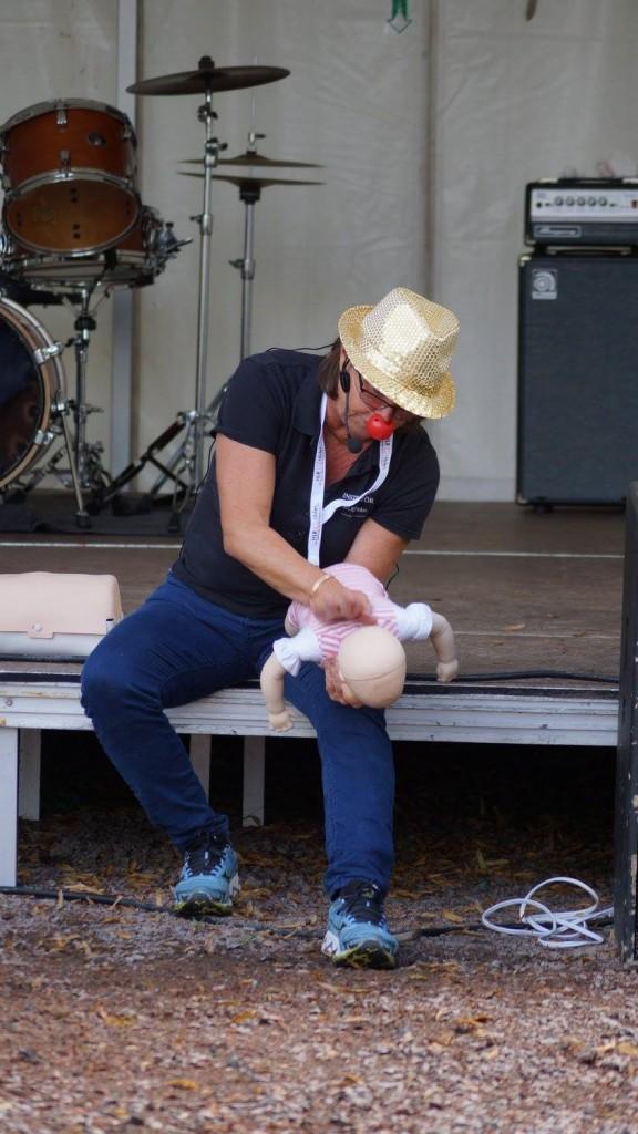 12015033_931125963626392_6122848902119310940_o.jpg Baby satt i halsen En dag för barnen. Foto Calle